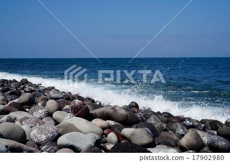 Wave splash rising to the sea 17902980