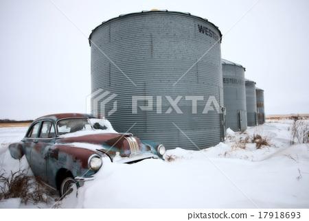 Antique abandoned car pontiac 17918693