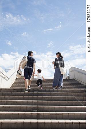 계단을 오르는 가족 17921173