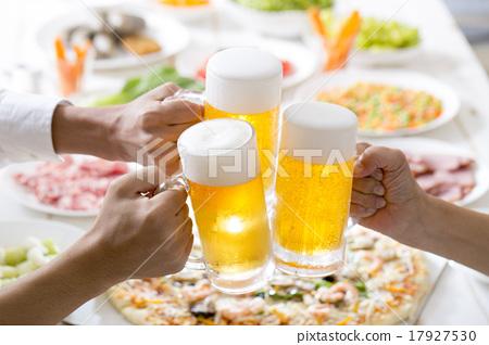 啤酒 淡啤酒 装在杯子的啤酒 17927530