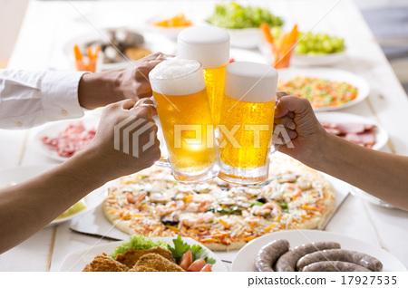 啤酒 淡啤酒 装在杯子的啤酒 17927535
