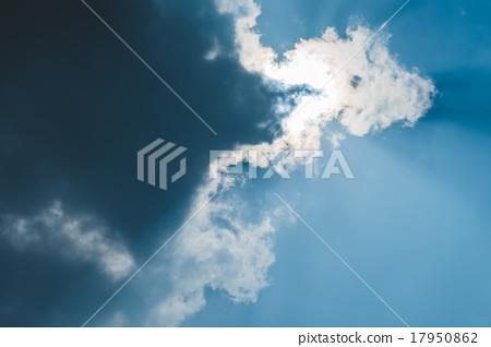 被雲遮擋住的艷陽 17950862