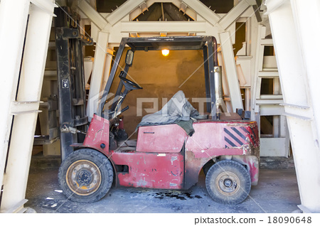 Industrial old lift truck 18090648