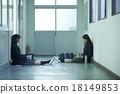 學校女孩在學校的走廊裡 18149853