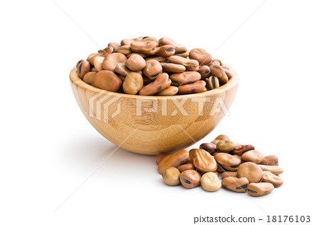 dried broad beans in wooden bowl 18176103