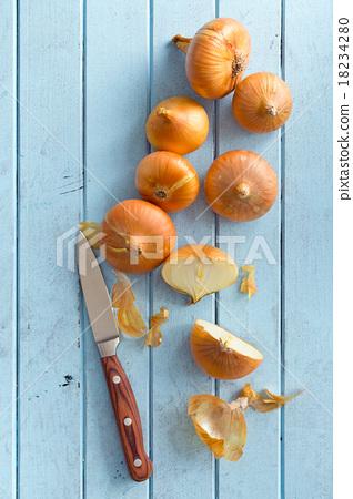 halved fresh onion on kitchen table 18234280