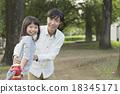 父母身份 父母和小孩 单杠 18345171