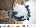 在雪地裡玩 雪球 捲起 18349711