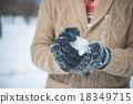 在雪地裡玩 雪球 捲起 18349715