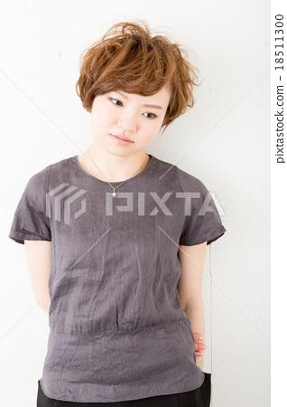 Short hair women 18511300