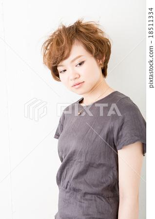 짧은 머리의 여성 18511334