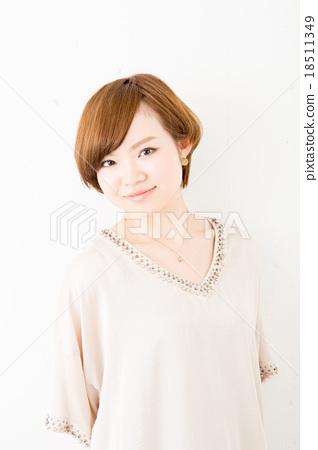 짧은 머리의 여성 18511349