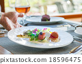 食事シーン 18596475