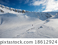 Ski tourist with landscape of Longyearbyen 18612924