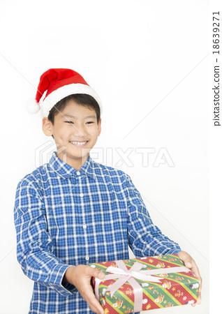 크리스마스 선물을 가진 소년 초등학생 중학생 크리스마스 선물 크리스마스 이미지 18639271