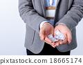 많은 우표를 얹은 남성의 손 18665174