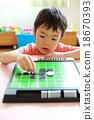 嬰兒在玩奧賽羅遊戲 18670393