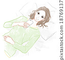 一位躺下来操纵智能手机的女士 18769137