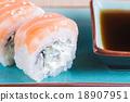 California maki sushi with salmon 18907951