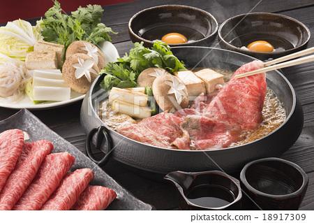 壽喜燒 牛肉 鍋裡煮好的食物 18917309