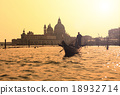 Ponte Rialto and gondola at sunset in Venice, Italy 18932714