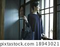 女性 注視 凝視 18943021