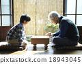 和孫子一起玩shogi的爺爺 18943045