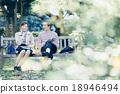 一对夫妇坐在长椅上 18946494