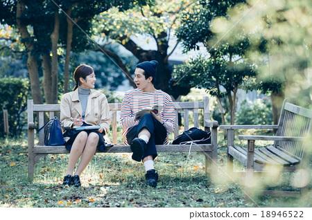 一對夫婦坐在長椅上 18946522