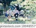 一对夫妇坐在长椅上 18946557