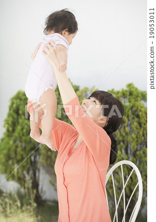 Smile smiling parents (outdoor yard) 19053011