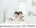 父母和小孩 擦 桌 19176065