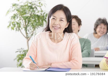 女性在她50歲的學習 19176084