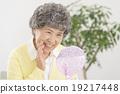觀看鏡子的資深婦女 19217448