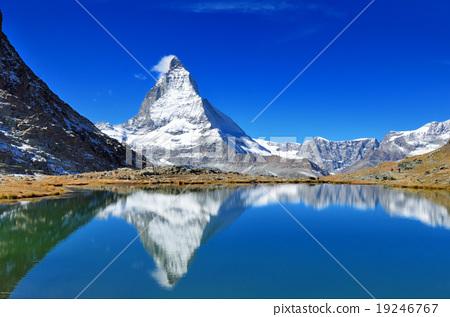 瑞士裡菲爾湖和倒馬特宏峰 19246767