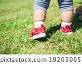 산책하는 1 살짜리 아이의 발 19263965