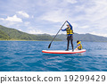해양 스포츠를하는 부모와 자식 19299429