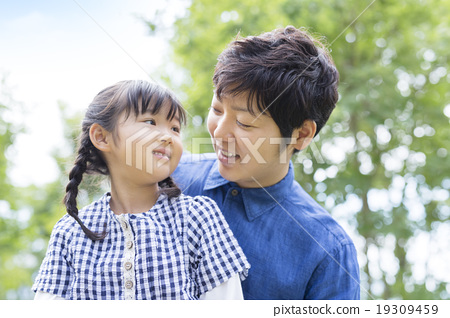 Japanese father and daughter 19309459