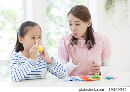 종이 접기 놀이 엄마와 딸 19309542
