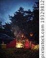 一對夫婦享受篝火 19329812