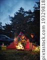 一對夫婦享受篝火 19329818