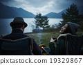 看與湖的天空的婦女 19329867