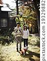 애완 동물과 산책하는 커플 19329882