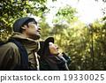 山林で空を見上げるカップル 19330025