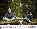 一對夫婦在桌子上發言 19330097