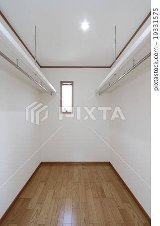 Walk-in closet 19331575
