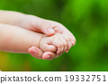 baby holding her mother hand 19332751
