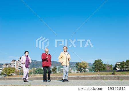 三個亞洲老人排隊 19342812