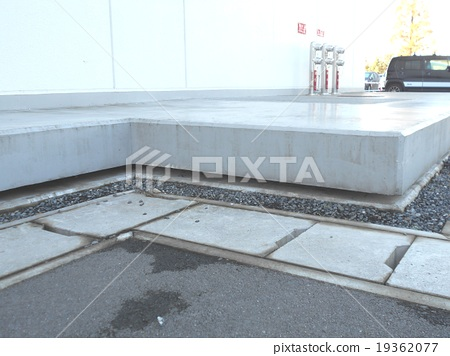 Building of base isolation structure floats completely from ground 19362077