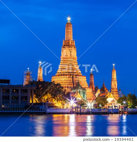 Wat arun in twilight time, Bangkok, Thailand. 19394401